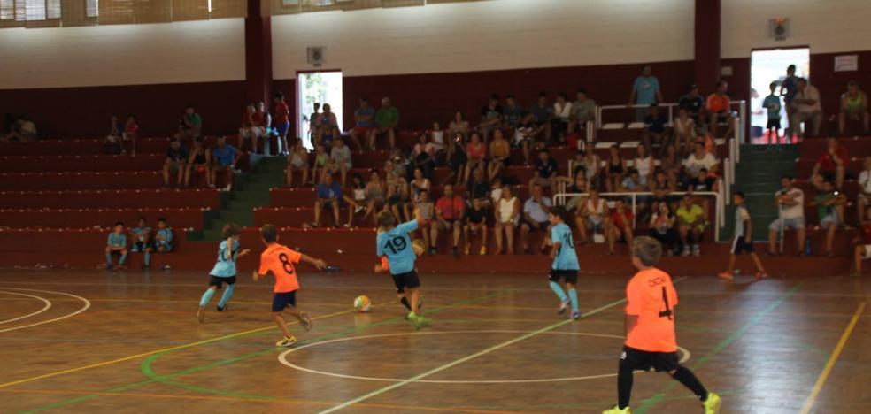 Más de cien niños participan desde ayer en el Torneo de Fútbol sala para categorías inferiores
