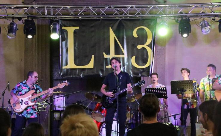 El barrio de 'Santa Catalina' celebra su tradicional «velá» con juegos populares y la actuación de 'Licor 43'