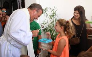 La «velá» llena de júbilo el barrio de 'San Roque' con la bendición de animales, los juegos y la fiesta de la espuma