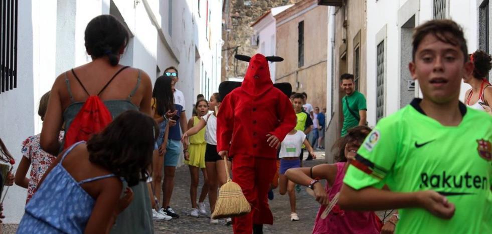 La ancestral 'Salida del diablo' envuelve de simbología y tradición la festividad del patrón, San Bartolomé