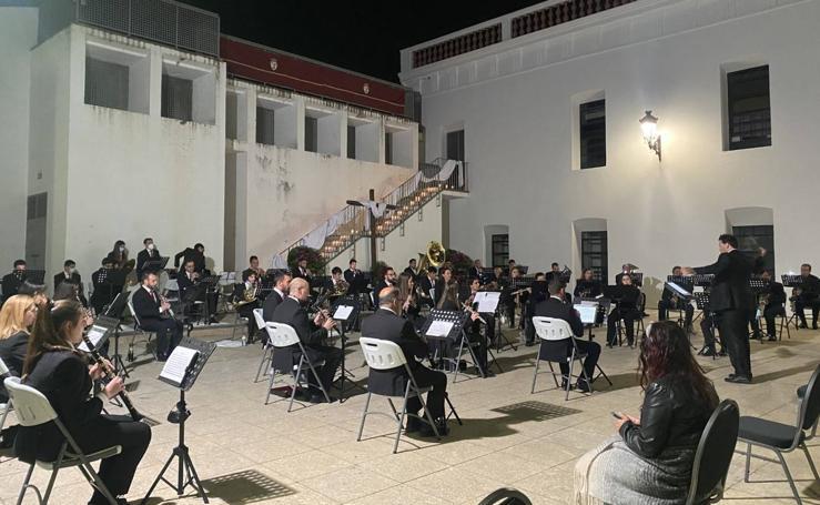 La Plaza de la Alcazaba acoge varios conciertos de bandas con un fin solidario