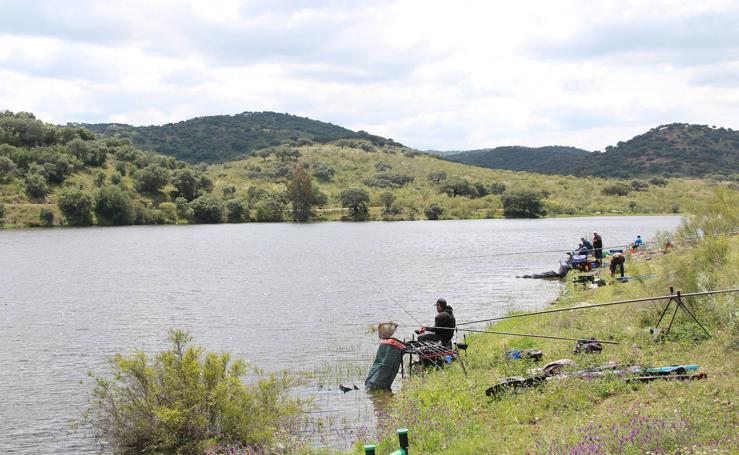 El embalse de Valuengo acoge el 50º Concurso Internacional de Pesca 'Trofeo Conquistadores'