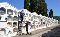 El Ayuntamiento comienza una limpieza más exhaustiva del cementerio de cara a la festividad de Todos los Santos y el Día de los Difuntos