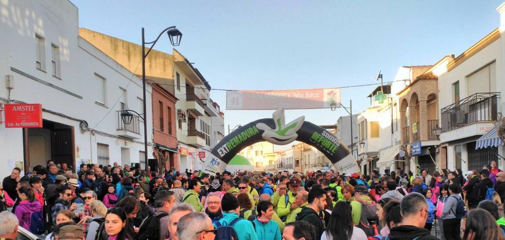 Cerca de un millar de senderistas toma la salida en la XV ruta 'Peñas Blancas'