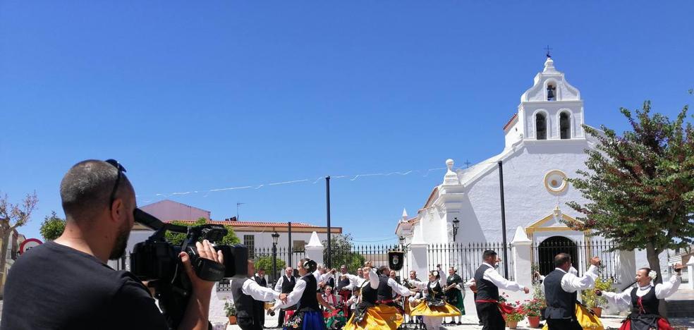 El Grupo de Coros y Danzas 'Tierrablanca' graba para Canal Extremadura TV