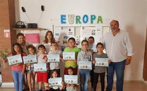 Un grupo de alumnos recibe el diploma de 'Leer en familia'