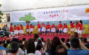 Vistosa y emotiva graduación de Educación Infantil en el patio del colegio