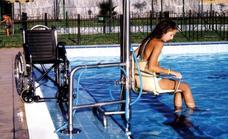 Las personas con movilidad reducida contarán con una grúa en la piscina municipal