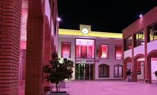 El Ayuntamiento se ilumina de rosa en apoyo a las mujeres con cáncer de mama