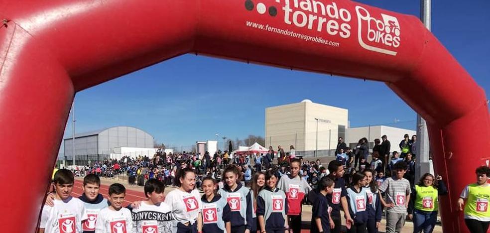 La pista de atletismo se llena de solidaridad para ayudar a la defensa de los derechos de la infancia