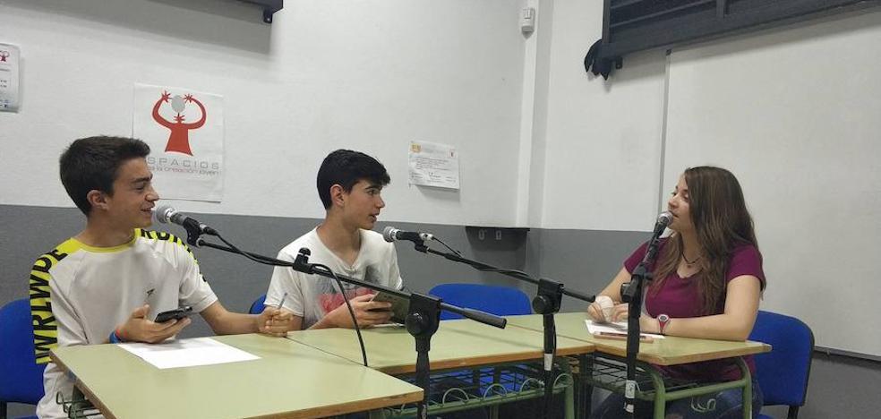 Estudiantes de la localidad crean un programa de radio joven