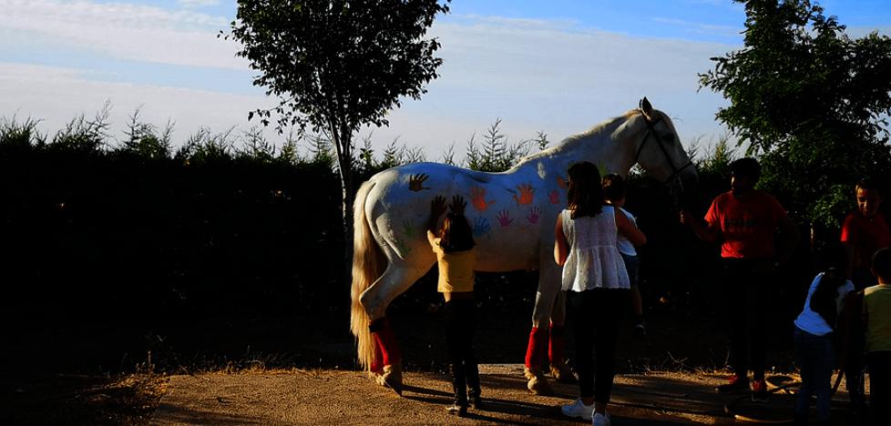 La peña 'Amigos del Caballo' se une a la celebración del Día del Niño