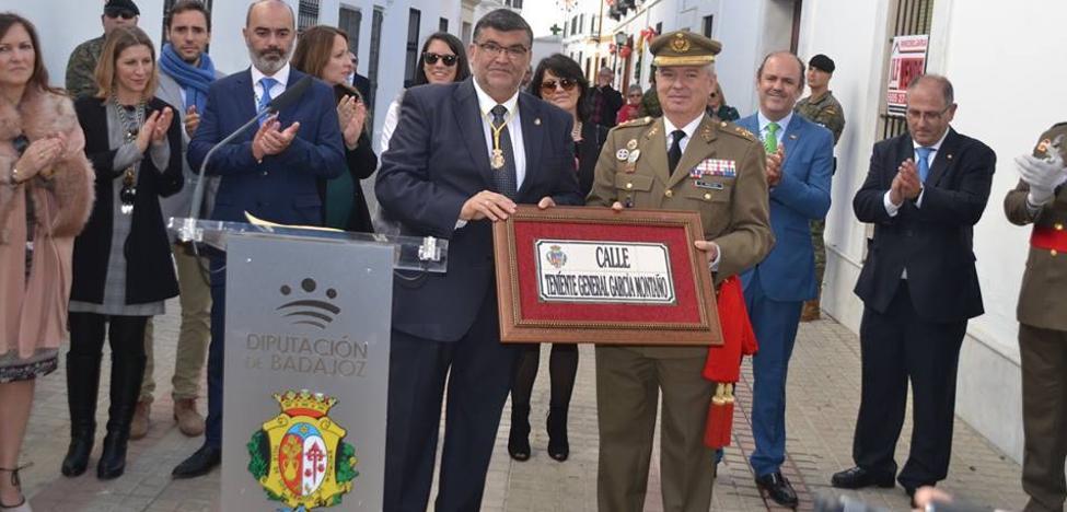 El Teniente General García Montaño inaugura el rótulo de la calle que ya lleva su nombre