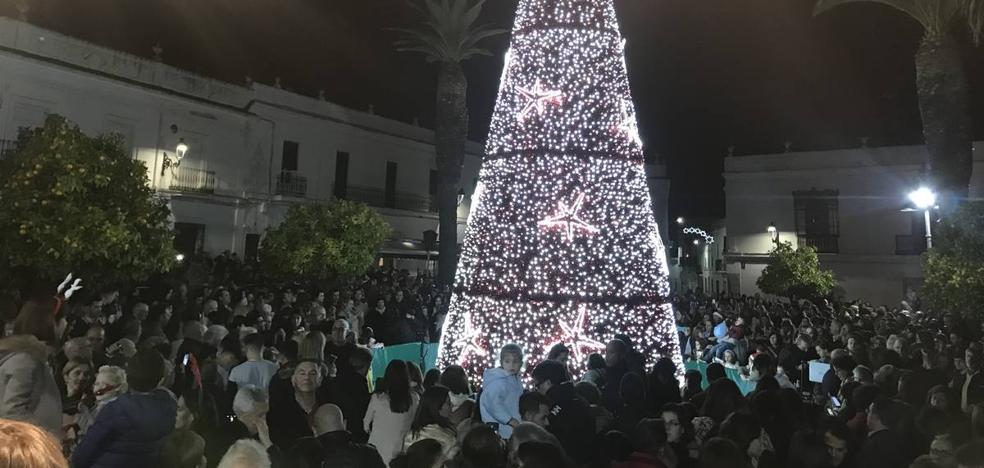 Cientos de santeños presenciaron el alumbrado navideño en la Plaza de España