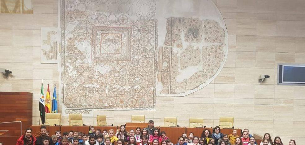 Alumnos de 5º de primaria de los tres colegios han visitado la Asamblea de Extremadura