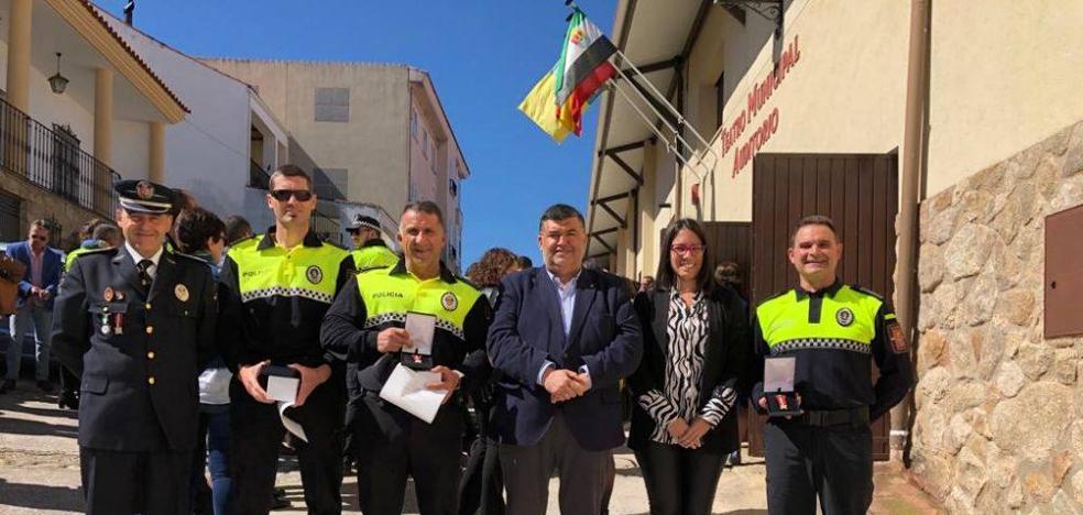 La Junta de Extremadura reconoce la labor de 5 policías locales de Los Santos con la concesión de medallas de oro y plata