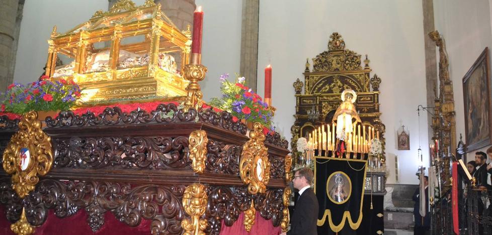 Solemne y respetuosa ceremonia del Santo Entierro dentro del templo