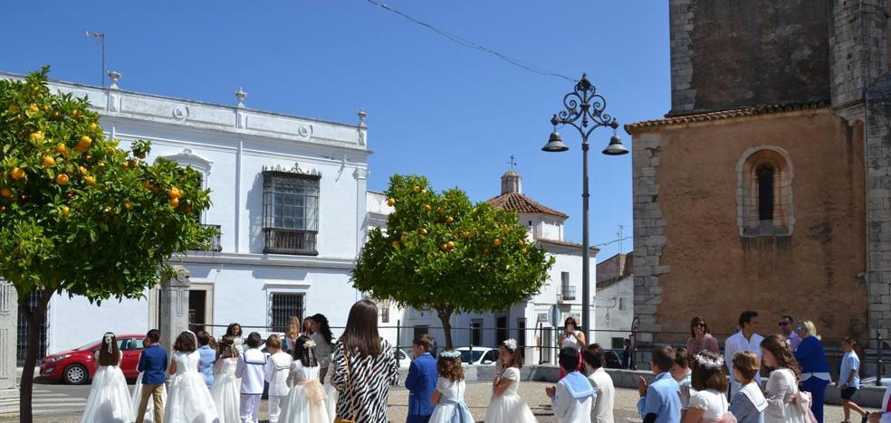 El cuarto grupo de 'primeras comuniones' ha recibido este domingo a Jesús Sacramentado