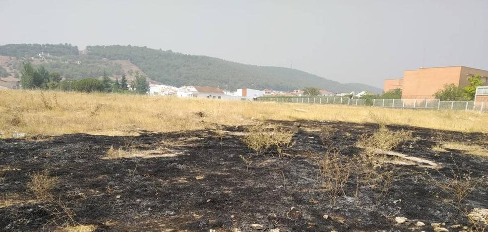 Los bomberos apagaron un incendio ocurrido en parcelas sin desbrozar en la zona del Instituto