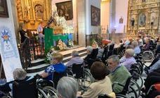 Los mayores de la Residencia rezaron emocionados ante su Virgen de la Estrella