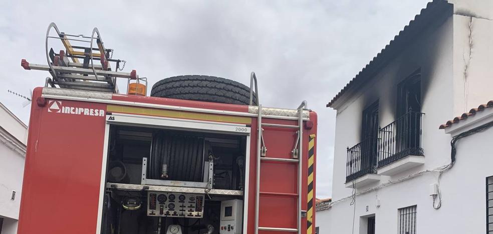 Un pavoroso incendio destruye la parte alta de una casa en la calle San Cristóbal en las traseras del parque