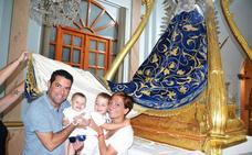 El alcalde de Pineda de Mar Xavier Amor cumple su promesa de pasar bajo el manto de la Virgen de la Estrella a sus hijos