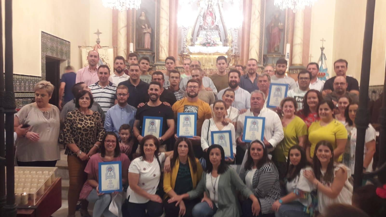 La Cofradía de la Virgen tributa un reconocimiento a los costaleros que llevaron la imagen de la Estrella en procesión