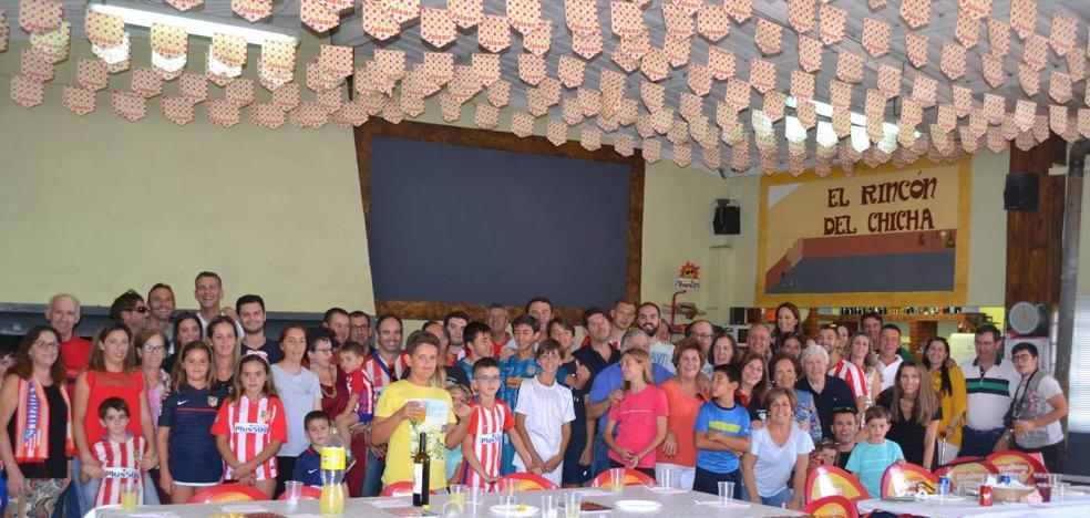 La Peña Atlético de Madrid celebra una fiesta y nombra a 'Caringa' socio de honor.