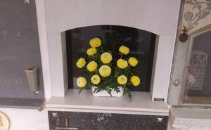 Varios vecinos se quejan de los hurtos de objetos que están en los nichos del Cementerio
