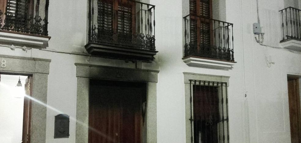 Un incendio produce grandes daños en una vivienda de la calle Salvador habitada por una persona mayor