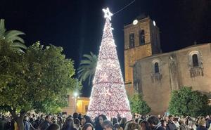 Gran ambiente en la Plaza de España durante el encendido del alumbrado navideño