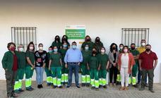 El alcalde y dos concejales visitan la escuela de formación en jardinería concedida por la Junta de Extremadura