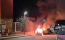 Una pandilla callejera incendia unos contenedores en las traseras del Instituto