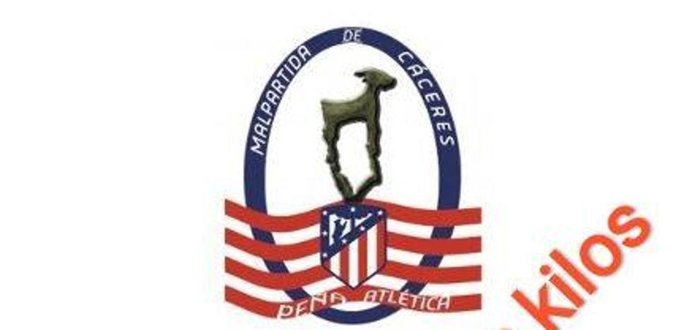 La peña del Atlético de Madrid entrega a Cáritas los alimentos recogidos