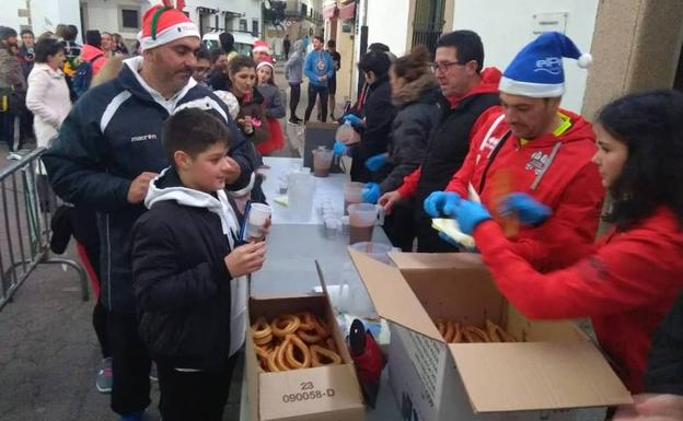 Reparto de chocolate con churros tras la carrera