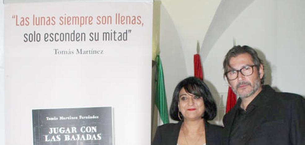 Tomás Martínez presenta 'Jugar con las bajadas', su primer poemario