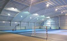 Más seguridad en las instalaciones deportivas con protectores y un desfibrilador