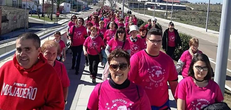 Multitudinaria participación en la IV Marcha Popular de la Mujer celebrada en Miajadas