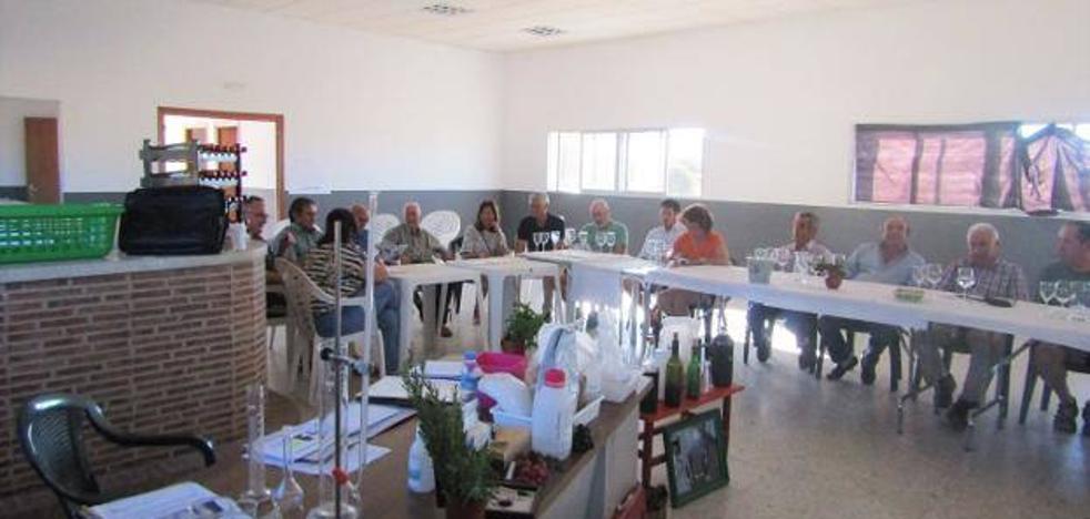 Adicomt lleva a cabo talleres sobre el vino como posible nicho de empleo en Miajadas