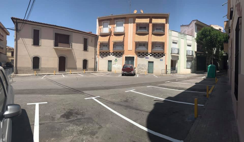 Instalan pivotes en la plaza del Rollo Blanco para evitar que los vehículos invadan la acera