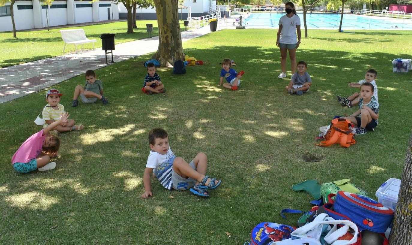 Los pequeños disfrutan de la Escuela de verano mientras conocen las fiestas regionales
