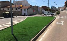 Las isletas del paseo de la Avenida García Siñeriz disponen de césped artificial