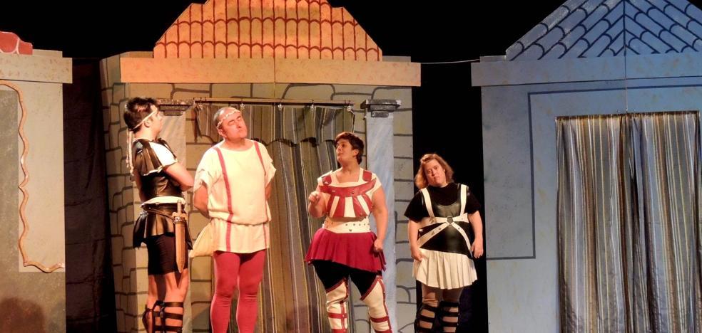 La comedia 'Están locos estos romanos' llena el auditorio municipal