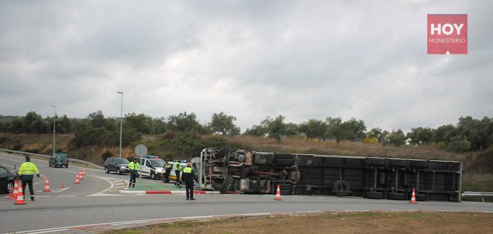Nuevo vuelco de un camión en la rotonda de entrada a la A-66 de Monesterio
