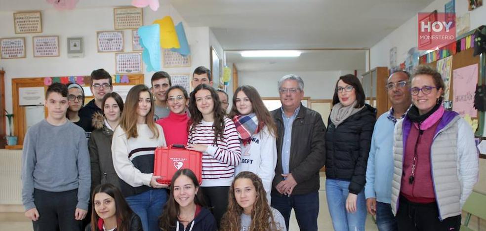 El proyecto 'Monesterio localidad cardiosaludable' dota de un desfibrilador portátil al instituto