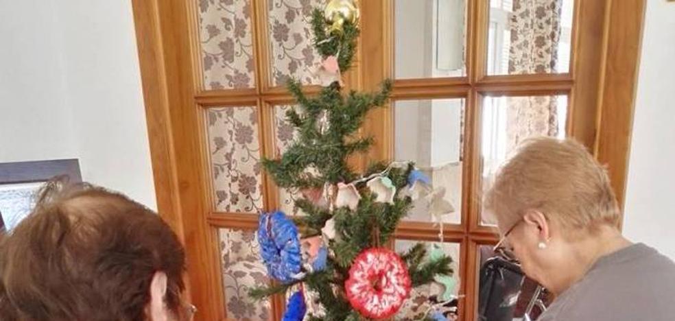 Tarde para disfrutar de la repostería navideña y merienda con los abuelos de los pisos tutelados