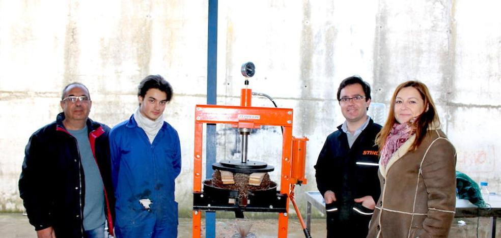 Alumnos del Instituto crean una almazara casera para extraer su propio aceite