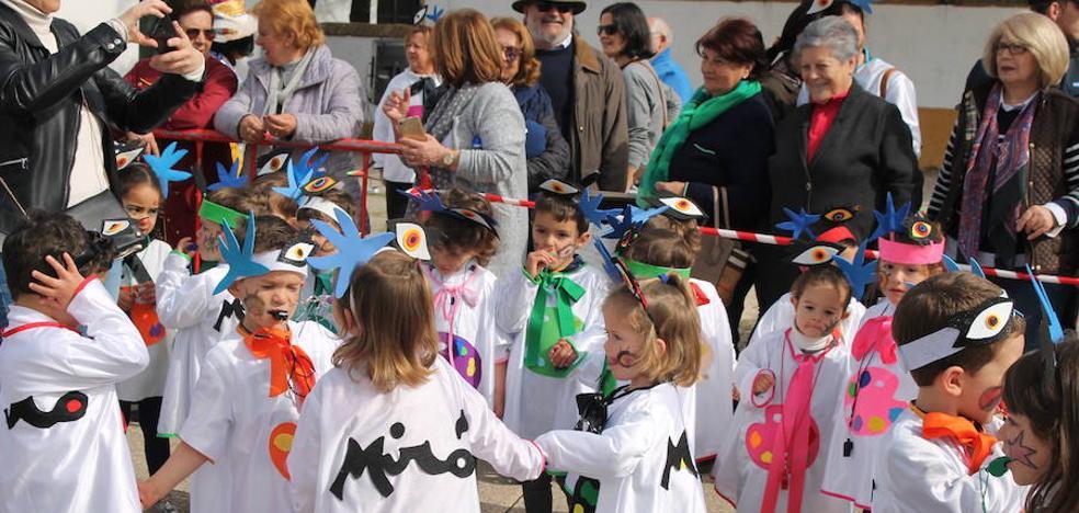 Una charanga marca el ritmo del pasacalles infantil en el inicio de nuestro Carnaval