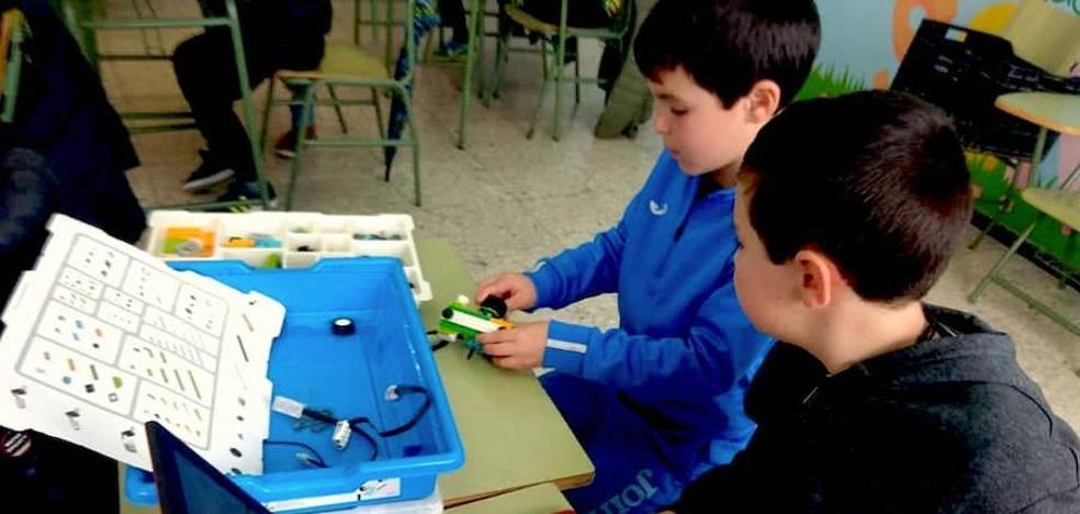 Casi un centenar de niños aprenden jugando en un taller de robótica