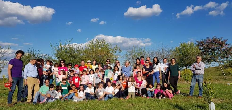 La 'I Convivencia Apadrina un Árbol' reúne a alumnos y familiares de la Escuela Infantil Municipal